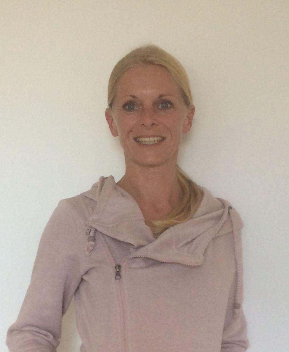 Das Foto zeigt Sandra Saalfeld aus 48249 Dülmen vor einer weißen Wand. Sie hat ihre blonden Haare als Zopf und trägt auf dem Foto eine rosafarbene Strickjacke.