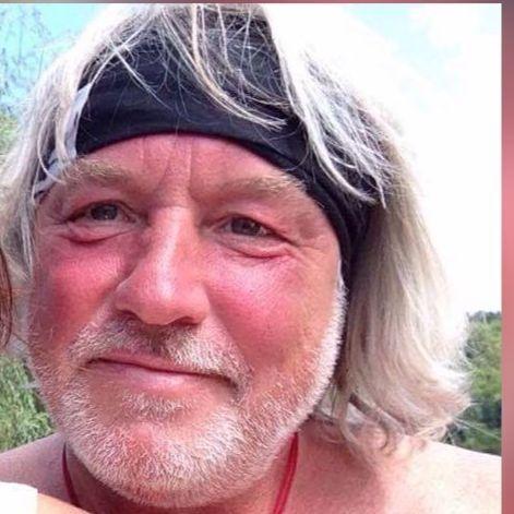 Torsten Linke aus Haar bei München schaut direkt in die Kamera. Er hat kinnlanges graues Haar, welches er mit einem schwarzen Band aus dem Gesicht hält. Außerdem trägt er einen Dreitagebart.