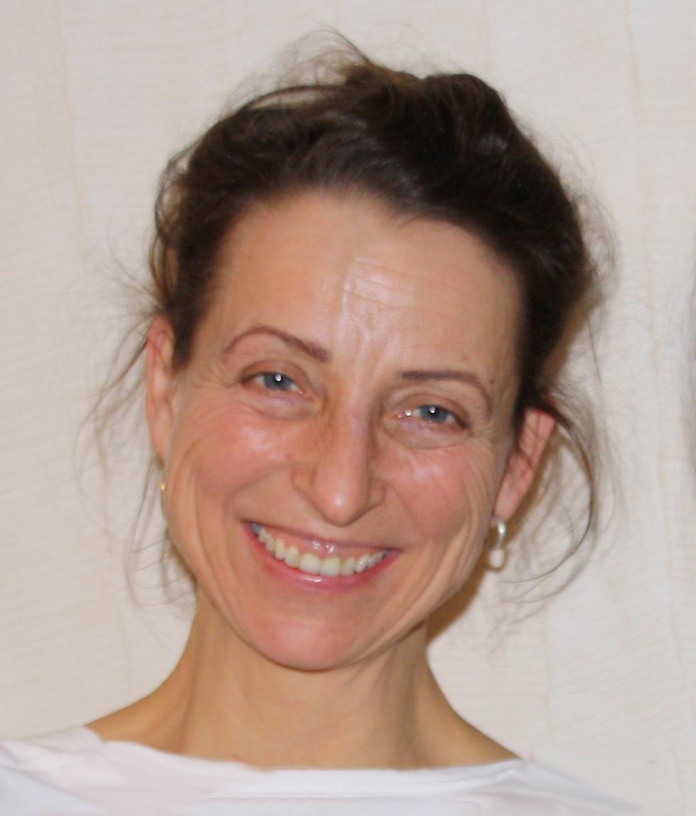 Auf dem Foto ist Ute Mahling aus Karlsruhe zu sehen. Sie lacht in die Kamera und trägt ihre braunen Haare nach hinten gebunden. Sie trägt silberne Ohrringe und ein weißes Shirt.