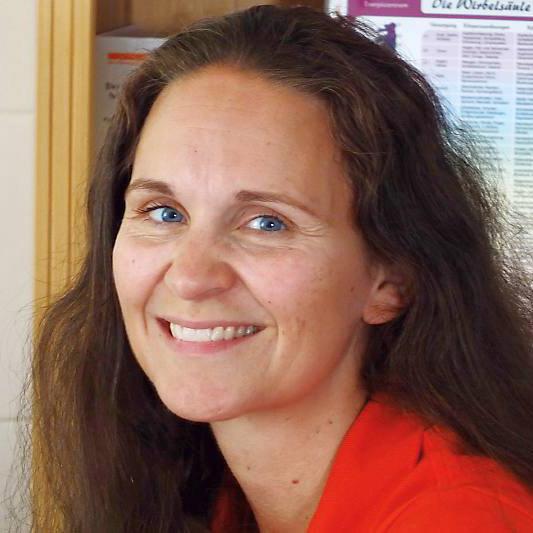 Das Foto zeigt Yvonne Geistert aus 04668 Grimma. Sie lacht in die Kamera und trägt ihre langen braunen Haare offen. Auf dem Foto trägt sie ein rotes T-Shirt.