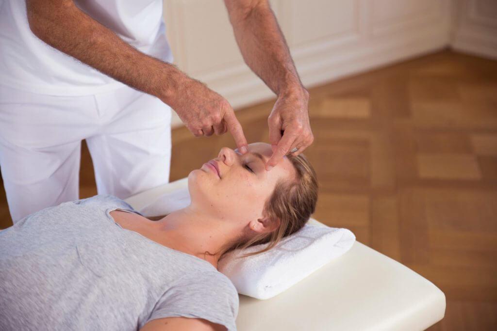 Behandlung von Augenschmerzen und Gesichtsschmerzen nach Liebscher & Bracht durch Drücken bestimmter Punkte im Gesicht