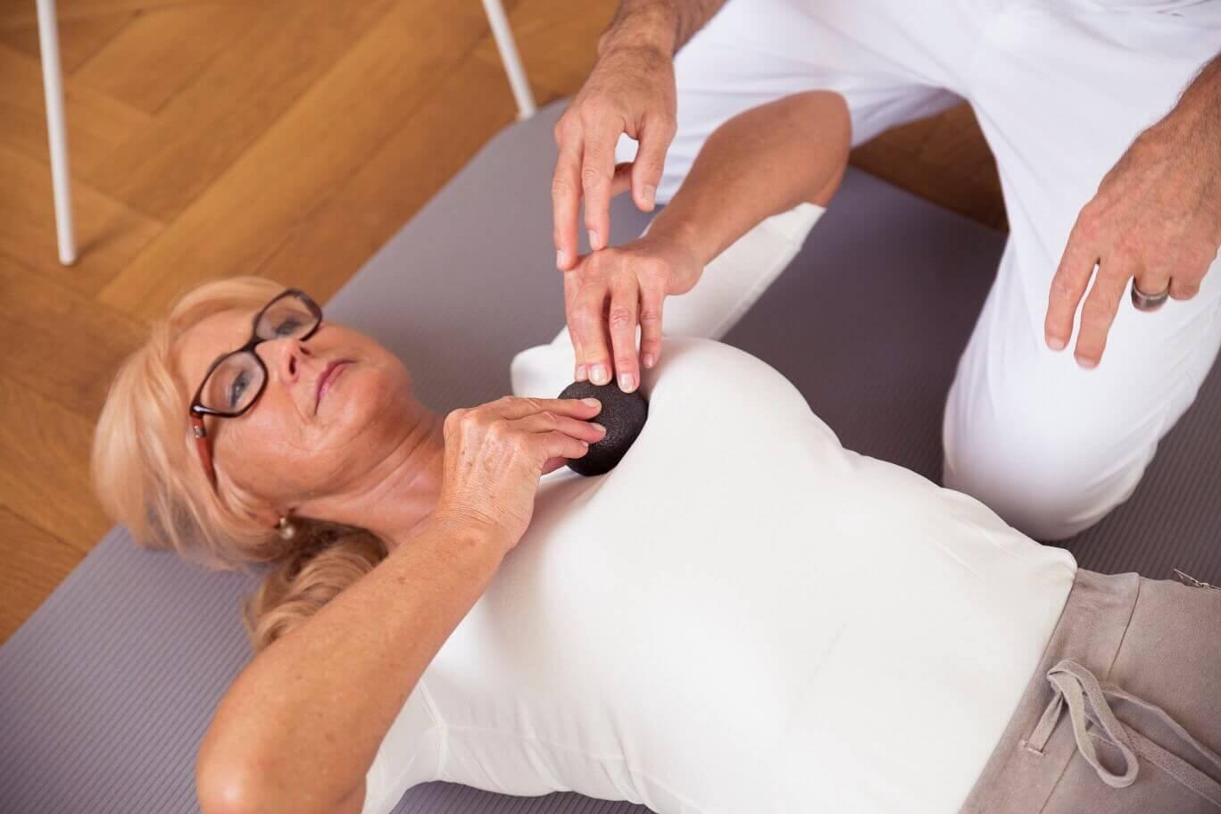 ▷ Brustschmerzen • Ursache, Behandlung und Übungen | Liebscher & Bracht