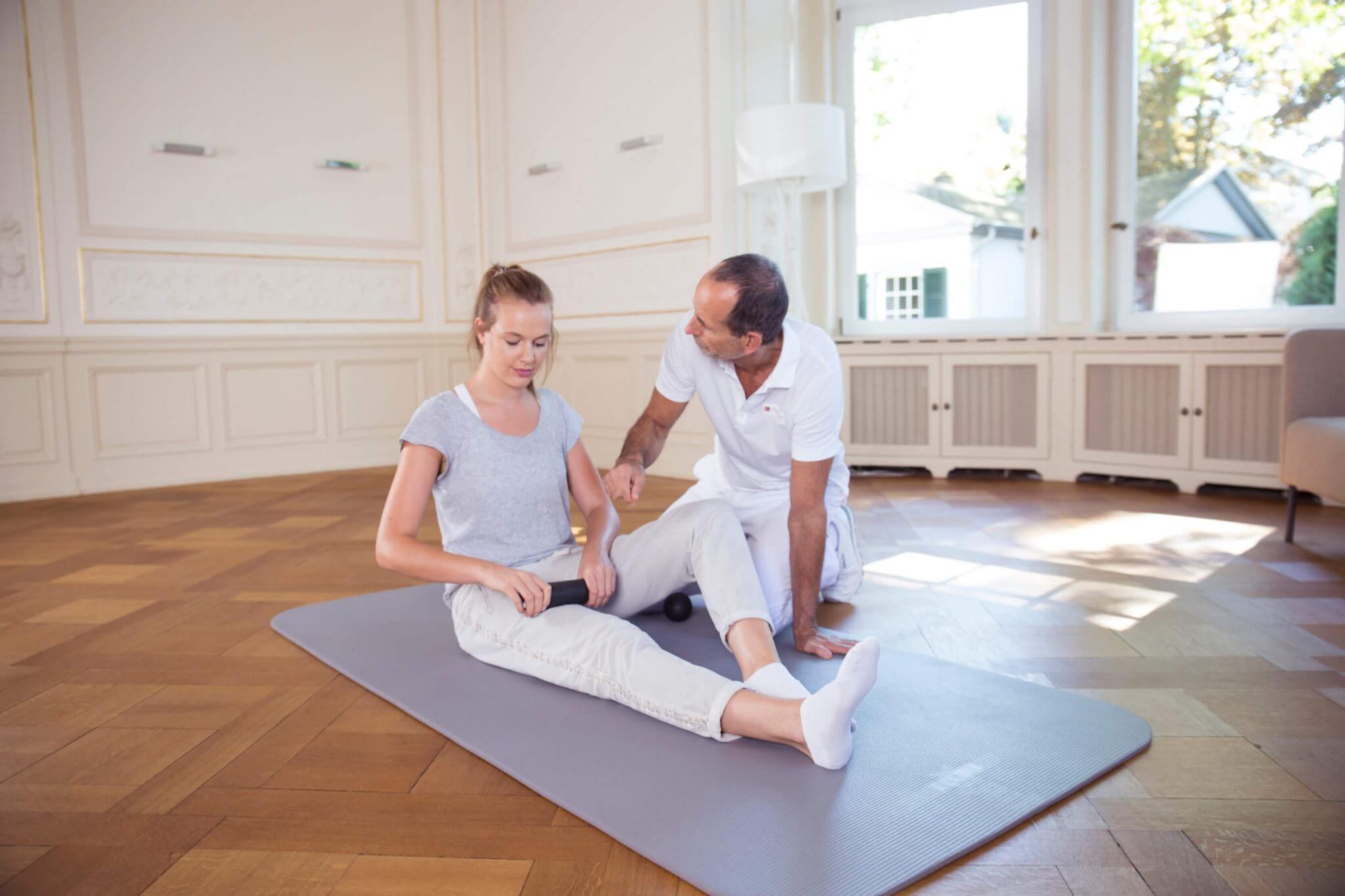 Roland Liebscher-Bracht zeigt eine Faszienrollmassage bei Knieschmerzen.