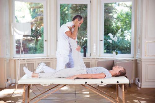 Kniearthrose: Dehnung durch Therapeuten
