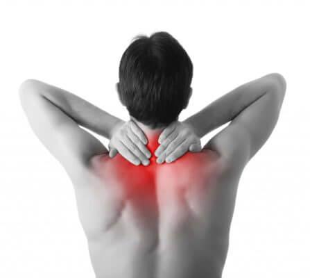 Schwarz-weiß Aufnahme. Rücken eines Mannes. Er greift sich mit beiden Händen in den Nacken, welcher durch rotes Leuchten hervorgehoben ist.
