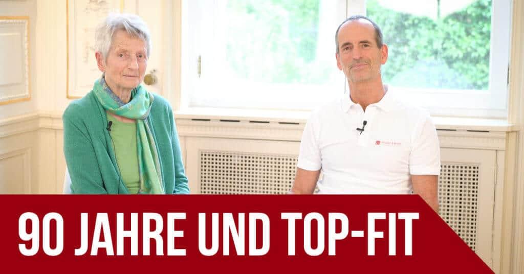 """Roland Liebscher-Bracht sitzt neben seiner Mutter. Darunter der Schriftzug """"90 Jahre und Top-Fit""""."""
