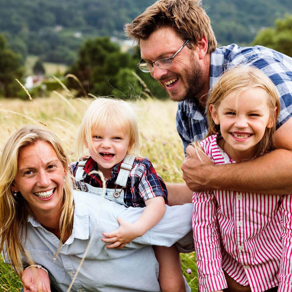 Fröhliche Familie mit Kindern im Kornfeld
