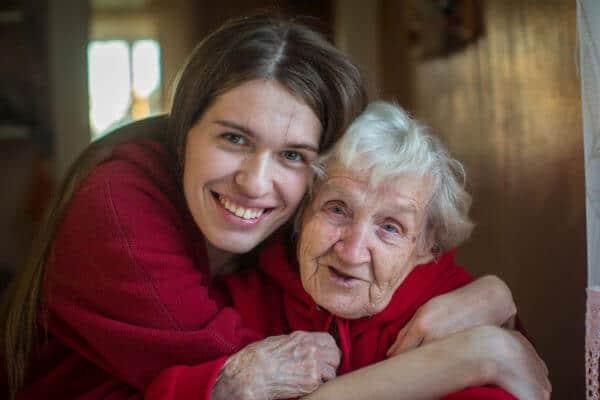 Junge Frau mit ihrer Großmutter - Kann Arthrose vererbt werden?