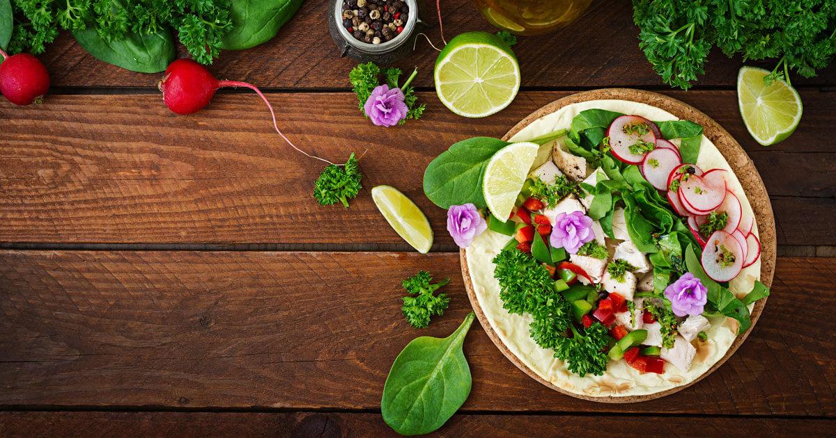 Gesundes Essen mit Radieschen, Kräutern und Zitrone gegen Arthrose