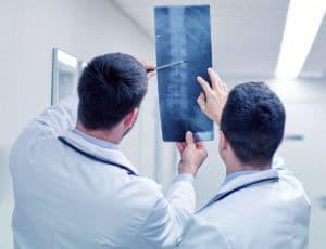 Ärzte analysieren Röntgenbild