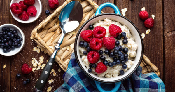 Gesundes Frühstück mit Beeren und Haferflocken gegen Arthrose