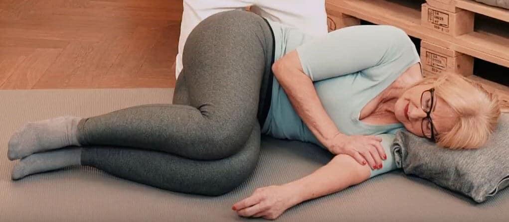 Frau schläft auf der Seite in der Embryonalhaltung