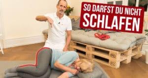 Schmerzspezialist Roland Liebscher-Bracht zeigt an Probandin, welche Schlafposition du vermeiden solltest