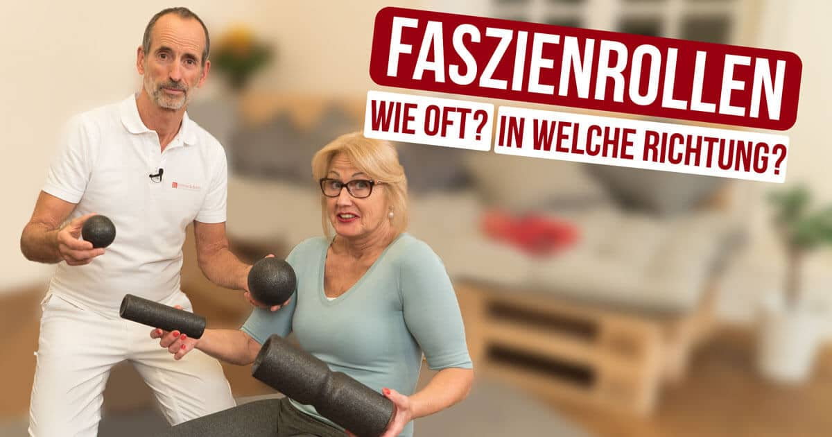 Roland Liebscher-Bracht zeigt einer Patientin die Faszienrollen