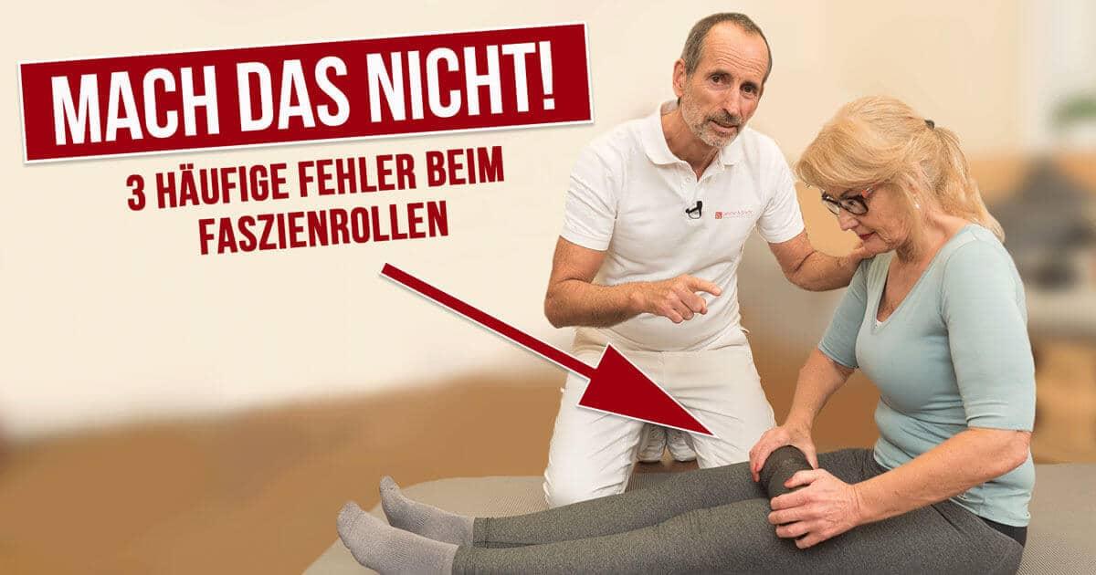 Roland Liebscher-Bracht zeigt die häufigsten Fehler beim Faszienrollen an einer Patientin