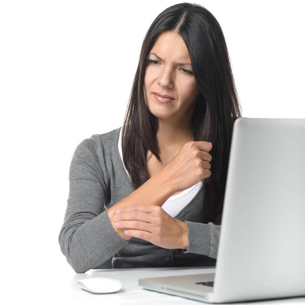 Frau hält sich den durch die Sehnenscheidenentzündung schmerzende Arm