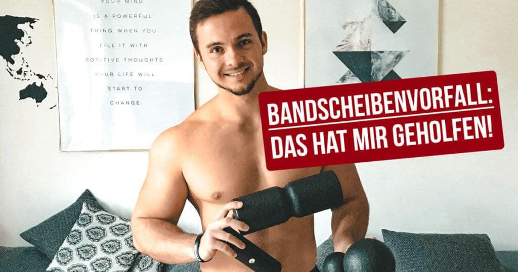 """Ein muskulöser Mann hält das Liebscher und Bracht Faszienset in den Händen. Neben ihm der Schriftzug """"Bandscheibenvorfall: Das hat mir geholfen!"""""""