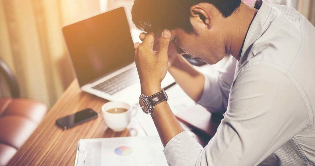 Ein Mann im Büro hat Stress an der Arbeit