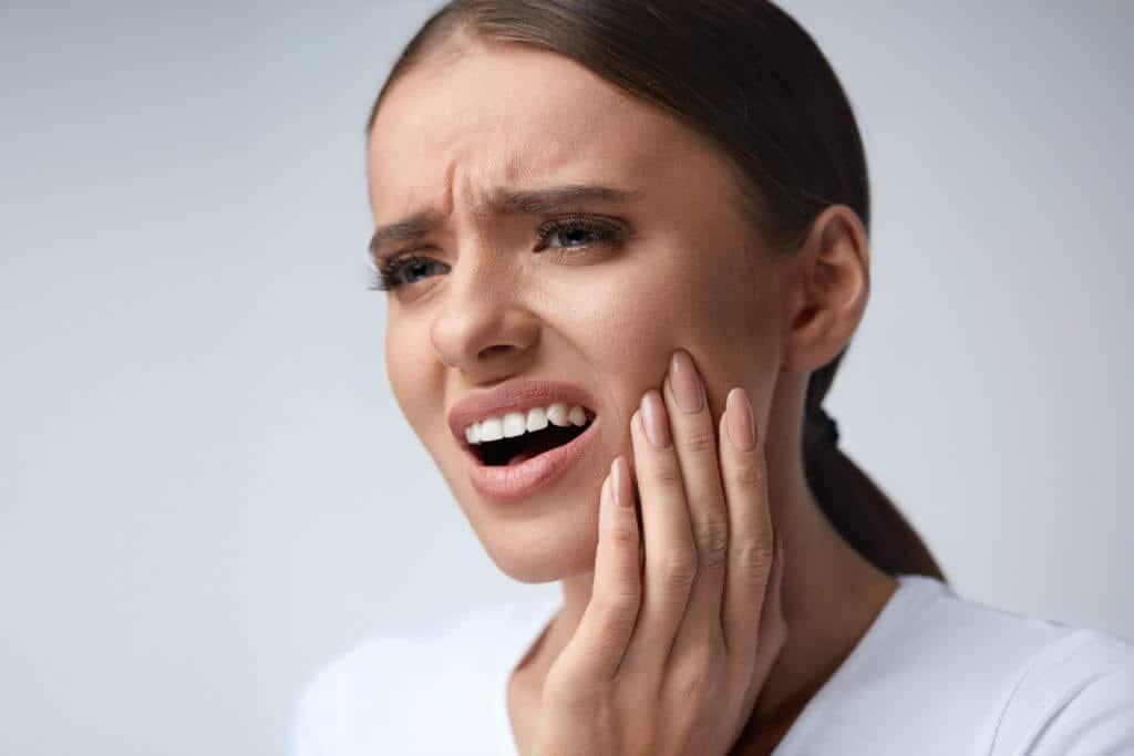 Frau mit Trigeminusneuralgie hat starke Gesichtsschmerzen