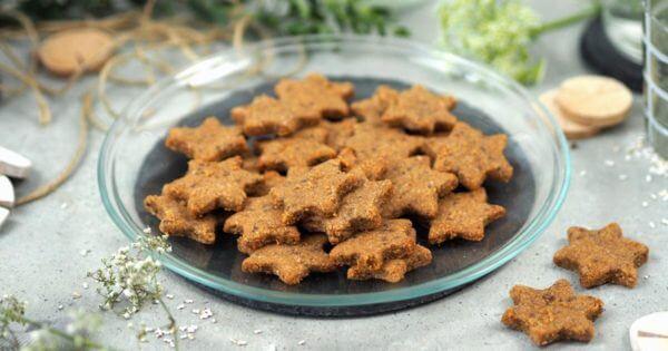 Vegane Zimtsterne-Plätzchen auf einem Teller