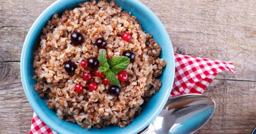 Porridge mit Früchten in einer Schale