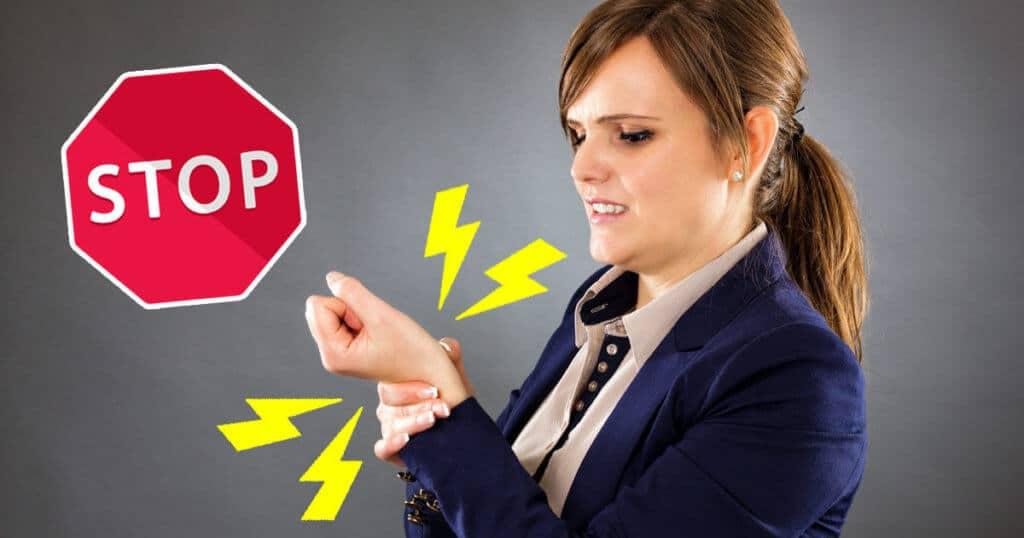 Büro-Frau hat Schmerzen im Handgelenk