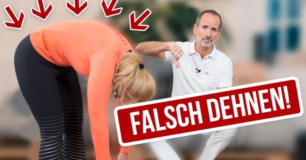 Patientin dehnt sich falsch und Roland Liebscher-Bracht korrigiert