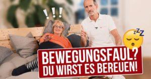 """Eine Frau liegt auf der Couch, Roland Liebscher-Bracht sitzt neben ihr. Der Schriftzug """"Bewegungsfaul? Du wirst es bereuen!"""""""