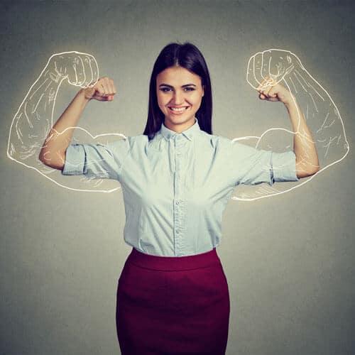 Fröhliche, starke Frau mit aufgemaltem Bizeps im Hintergrund