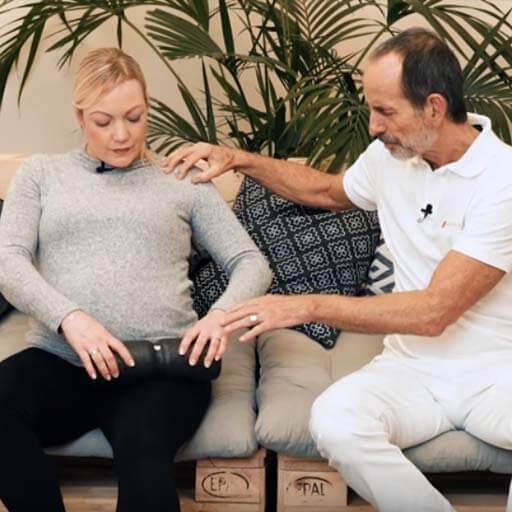 Fazienrollmassage bei Wassereinlagerungen in der Schwangerschaft sitzend