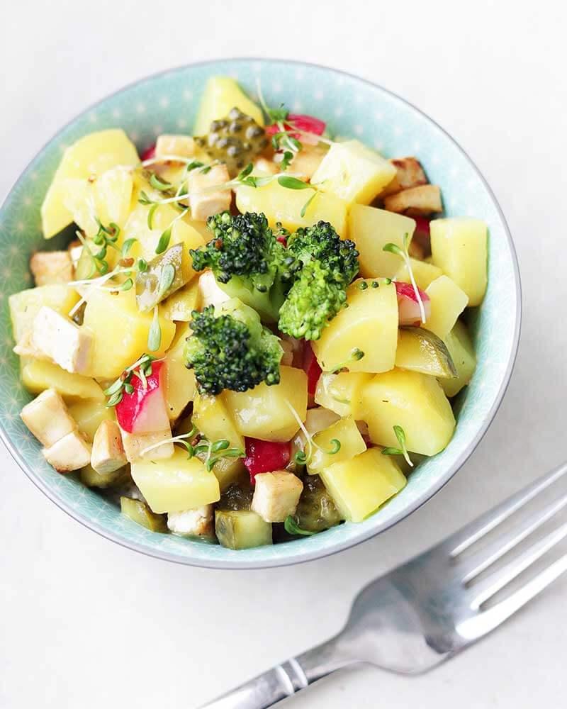 Eine Schüssel bunter Kartoffelsalat
