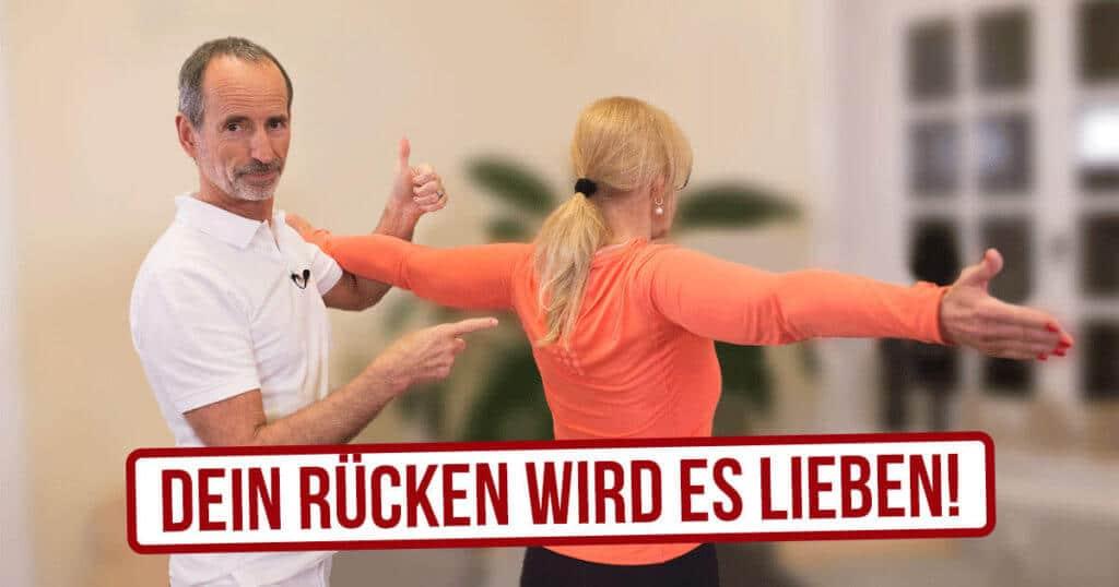 Schmerzspezialist Roland Liebescher-Bracht zeigt einer Patientin effektive Übungen gegen Rückenschmerzen