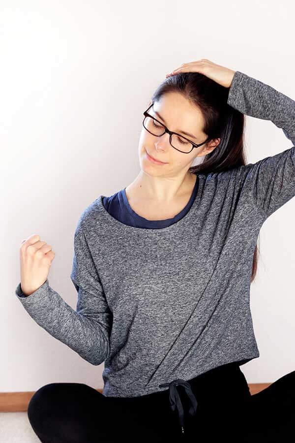 Bloggerin Lisa mach Engpassdehnübungen aus Frau Dr. Brachts Buch
