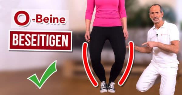 Roland Liebscher-Bracht zeigt einer Patientin eine Übung, die ihr gegen O-Beine hilft