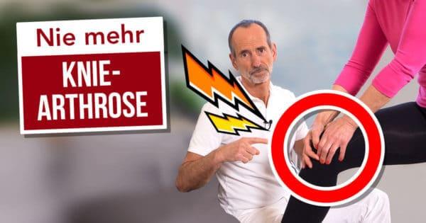Roland Liebscher-Bracht zeigt einer Patientin wie sie Kniegelenksarthrose verhindern kann