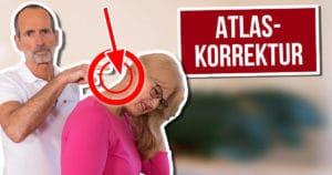 """Eine Frau greift sich mit schmerzverzerrtem Blick an den Nacken, Roland Liebscher-Bracht und ein Pfeil zeigen auf den Nacken. Neben den Personen das Textfeld """"Atlaskorrektur"""""""