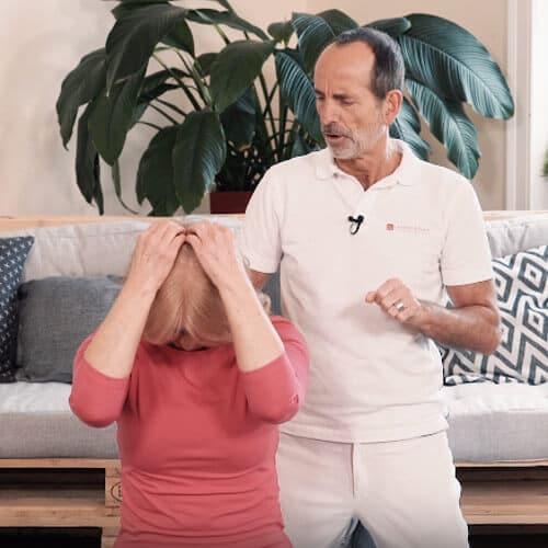 Frau dehnt die geraden Nackenmuskeln zur Atlaskorrektur