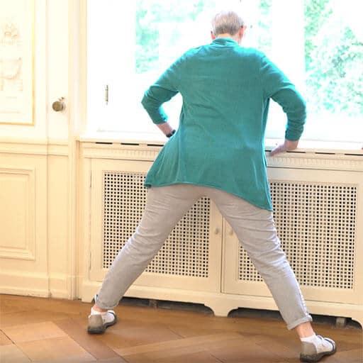 Hüftschmerzen im Alter Übung an der Fensterbank