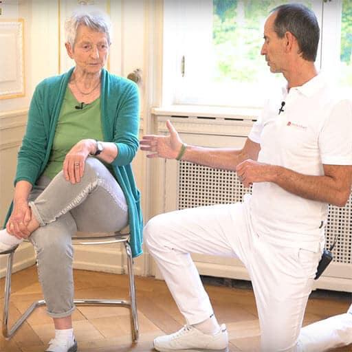 Hueftschmerzen im Alter Uebung auf einem Stuhl