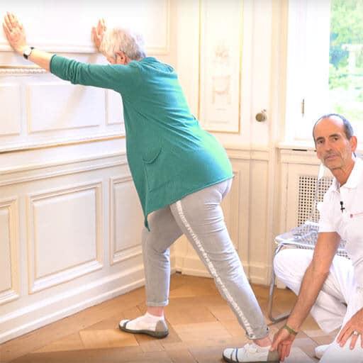 Knieschmerzen im Alter Übung für die Wade