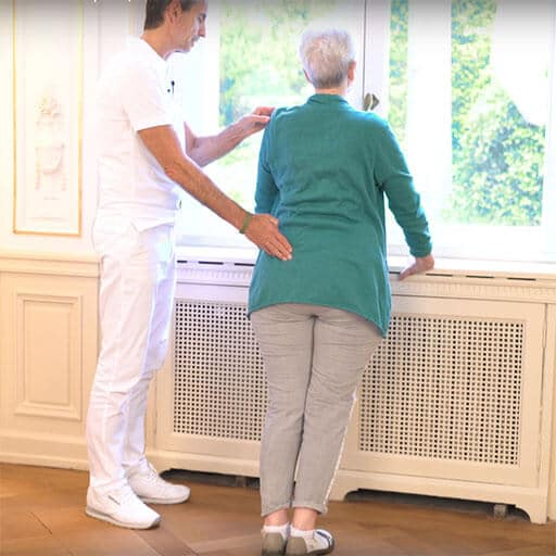 Rückenschmerzen im Alter Übung an der Fensterbank