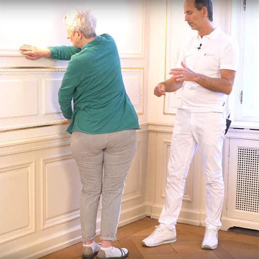 Rückenschmerzen im Alter Übung an der Wand