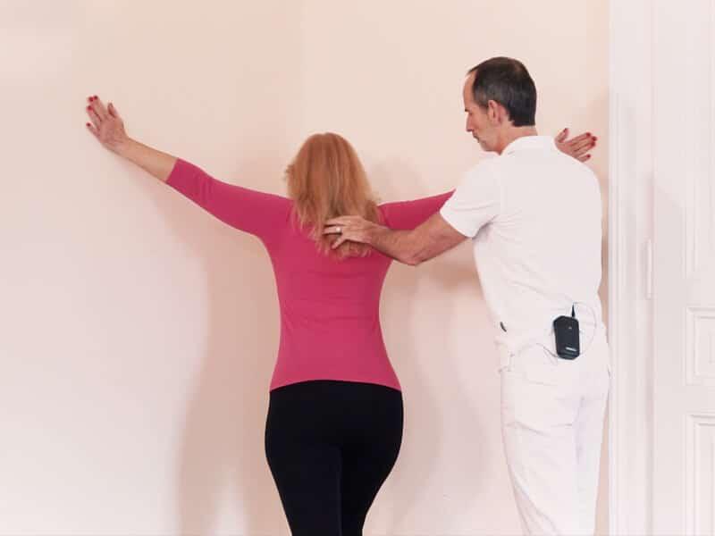 Roland Liebscher-Bracht zeigt eine Übung gegen brennende Schultern