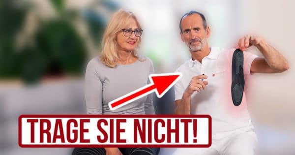 """Roland Liebscher-Bracht hält eine Einlegesohle in der Hand und er und ein Pfeil zeigen auf sie. Neben ihm sitzt eine Frau. Unter den Personen der Schriftzug """"Trage sie nicht!"""""""