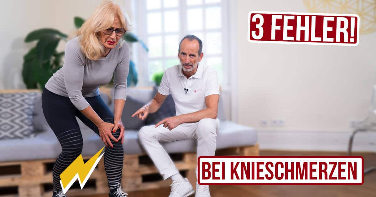 """Eine Frau hält sich schmerzverzerrt das Knie, Roland Liebscher-Bracht zeigt auf ihre Knie. Neben den Personen 2 Textfelder """"3 Fehler"""" """"Bei Knieschmerzen"""""""