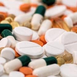 Viele verschiedene Tabletten zur Behandlung bei Migräne