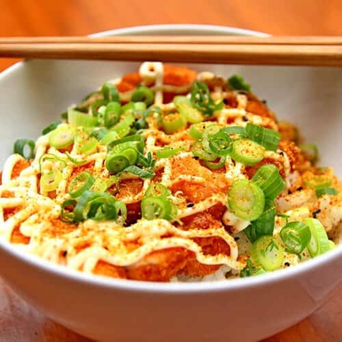 Eine Schüssel mit einem asiatischen Gericht.