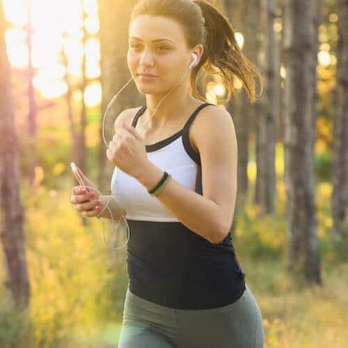 Eine junge Joggerin im Wald
