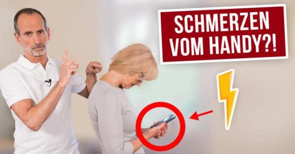 Schmerzspezialist Roland Liebscher-Bracht zeigt die körperliche Fehlhaltung bei der Handynutzung