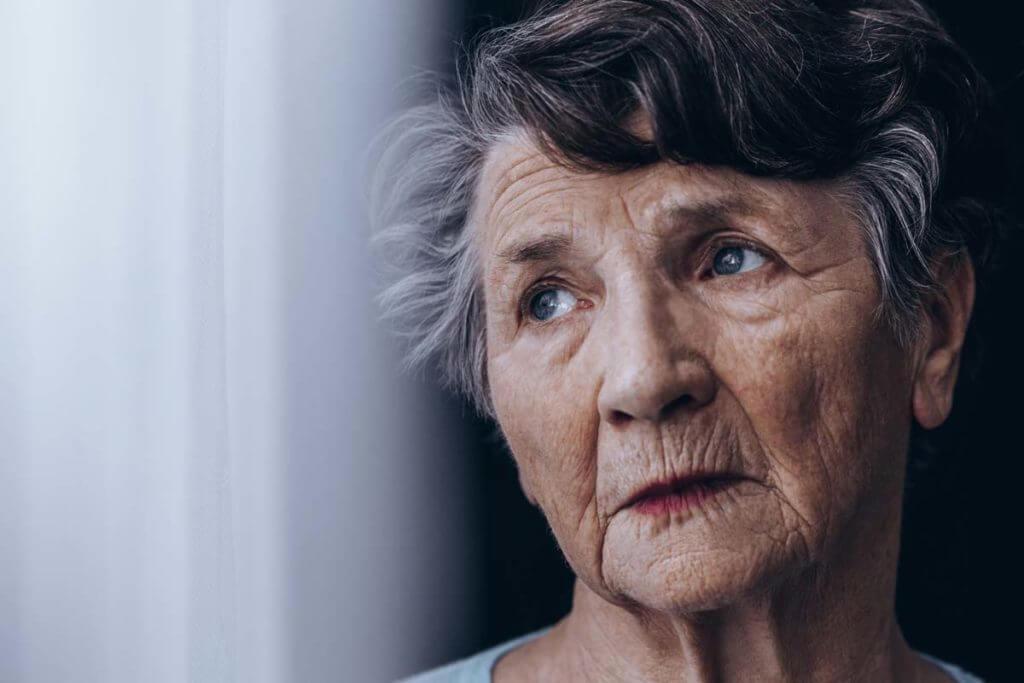 Eine alte Frau macht sich Sorgen, dass sie unter Hüftarthrose leiden könnte. Welche Symptome zeigen sich da?